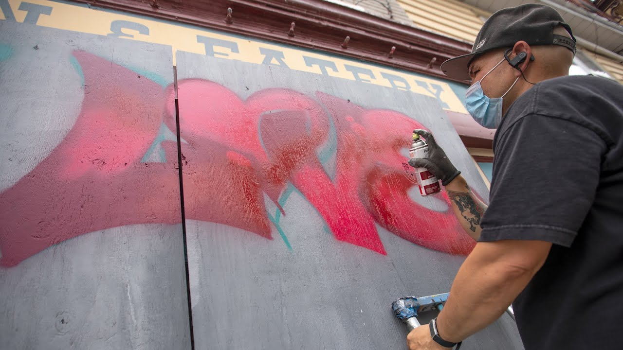 Resultaat zichtbaar te zien door Bossche kunstenaars op dichtgetimmerde winkels